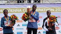 Etiopský běžec Derara Hurisa přišel kvůli neregulérním botám o vítězství ve Vídeňském maratonu. Po závodě byl diskvalifikován. Vítězství spojené s prémií 15.000 eur připadlo Keňanovi Leonardu Langatovi, který doběhl v čase 2:09:25 tři sekundy za Hurisou.