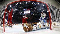 Michael Frolík (vlevo) jásá po gólu proti Italům. Bude se už příští MS hrát na kluzištích dle rozměrů NHL, na které je český útočník v Calgary zvyklý?