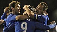 Fotbalisté Chelsea Fernando Torres (uprostřed), Branislav Ivanovic (vlevo) a John Terry se radují z gólu proti Fulhamu.