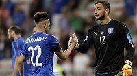 Italský brankář Gianluigi Donnarumma oslavuje se spoluhráčem Stephanem El Shaarawym výhru v přátelském utkání nad Uruguayí.