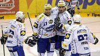 Hokejisté Brna slaví gól v síti Pardubic.