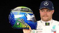 Valtteri Bottas ukazuje helmu, kterou si připravil do Austrálie.