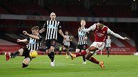 Pierre-Emerick Aubameyang střílí první gól Arsenalu v ligovém utkání proti Newcastlu.