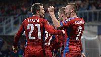 Český obránce Pavel Kadeřábek (vpravo) oslavuje gól se spoluhráčem Davidem Lafatou v utkání proti Islandu.