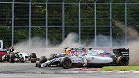 Felipe Massa (vpravo) svým neovladatelným vozem málem sestřelil i Sebastiana Vettela. Vlevo se řítí do bariéry Sergio Pérez.