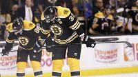 Zklamaní hokejisté Bostonu Zdeno Chára (33) a Kevan Miller (86).