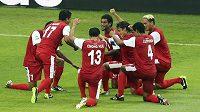 Fotbalisté Tahiti slaví svoji jedinou trefu v utkání proti Nigérii na Poháru FIFA.