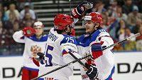 Ruští hokejisté Danis Zaripov a Viktor Tichonov (vpravo) se radují z gólu.