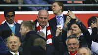 Do Allianz areny dorazil také bývalý předseda Bayernu Uli Hoeness (uprostřed s šálou).