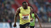 Jamajský sprinter Usain Bolt v cíli během atletického mítinku Zlatá tretra 2015.