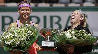 Takhle se před dvěma lety Lucie Šafářová (vlevo) a její americká parťačka Bethanie Matteková-Sandsová radovaly v Paříži z triumfu v deblu. Jak dopadnou letos?