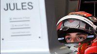 Francouzský pilot Jules Bianchi sleduje v boxech monitor při Velké ceně Rakouska.