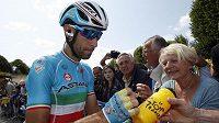 Ital Vincenzo Nibali rozdával autogramy před startem šesté etapy Tour de France.