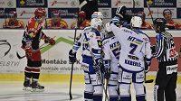 Hokejisté Komety Brno se radují z branky proti Hradci Králové.