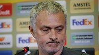 Naštvaný José Mourinho. Trenér Manchesteru United nechápe, na jakém hřišti se má v Rostově hrát.