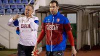 Petr Čech (vpravo) a kouč brankářů Jan Stejskal přicházejí na trénink české fotbalové reprezentace před přípravnými zápasy se Srbskem a Polskem.