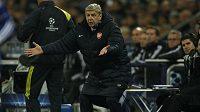 Kouč Arsenalu Arséne Wenger se rozčiluje během utkání se Schalke.