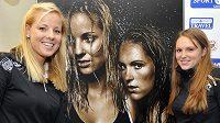 Plážové volejbalistky Markéta Sluková (vlevo) a Kristýna Kolocová pózují u své fotografie při prezentaci kalendáře společnosti Sport Invest Group pro rok 2013.