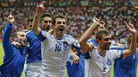 Řečtí fotbalisté se radují z postupu do čtvrtfinále.