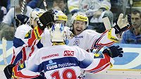 Hokejisté Pardubic se radují z branky do sítě Liberce v semifinále extraligy.