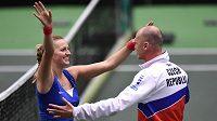 Česká tenistka Petra Kvitová a kapitán Petr Pála oslavují vítězství ve Fed Cupu.