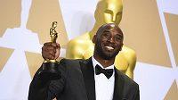 """Bývalý slavný basketbalista Kobe Bryant získal dva roky po konci kariéry další trofej. Za zfilmovanou báseň """"Drahý basketbale"""" dostal Oscara."""