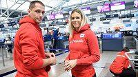 Oštěpařka Nikola Ogrodníková se svým partnerem a trenérem Vítězslavem Veselým při odletu na atletické MS do katarského Dauhá.