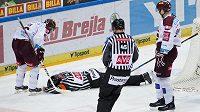 Zraněný hlavní rozhodčí Vladimír Pešina, kterého nechtěně zasáhl hokejkou do obličeje sparťanský útočník Miroslav Forman, musel z utkání odstoupit.