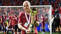 Trenér Sparty Praha Václav Kotal s trofejí za vítězství ve finále MOL Cupu v Liberci.
