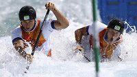 Čeští deblkanoisté Jonáš Kašpar a Marek Šindelář během semifinálové jízdy v olympijském kanálu.