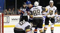 Brankář Vegas Oscar Dansk (35) chytá puk v zápase NHL proti New Yorku Islanders. Utkání ale pro zranění nedochytal.