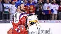 Kapitán českého týmu Michal Jordán s trofejí pro vítěze Carlson Hockey Games.