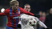 Plzeňský František Rajtoral bojuje o míč se záložníkem Bayernu Franckem Ribérym (v bílém).
