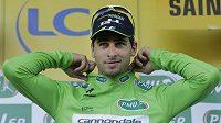 Slovenský cyklista Peter Sagan si obléká zelený trikot pro nejlepšího spurtera na Tour de France.