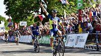 František Sisr vítězně projíždí cílem mistrovství České republiky v silniční cyklistice.