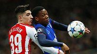 Fotbalista Monaka Anthony Martial a Hector Bellerin z Arsenalu v souboji v úvodním duelu osmifinále Ligy mistrů.