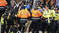 Policie se snaží ve Villa Parku zastavit fanoušky, kteří chtějí slavit rekordní gól opory Chelsea Franka Lamparda v duelu s Aston Villou.