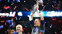 Quarterback New England Patriots Tom Brady (12) pózuje s trofejí Vince Lombardiho po vítězství nad Atlantou Falcons v Super Bowlu.