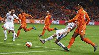 Josef Šural (druhý zprava) v pádu dává druhý český gól proti Nizozemsku v kvalifikaci ME v Amsterdamu s Nizozemskem. Vpravo Virgil van Dijk. Přihlížejí Jiří Skalák (10), Georginio Wijnaldum (8) a s kapitánskou páskou Wesley Sneijder.