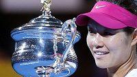Li Na s trofejí pro vítězku Australian Open.