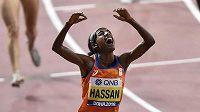 Sifan Hassanová z Nizozemská slaví v Dauhá světové zlato na patnáctistovce.