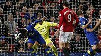 Inkrimovaný moment z utkání Manchester United - Everton. Ashley Williams zahrál ve vápně po střele Shawa rukou.