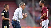 Rumunský fotbalista Alexandru Chipciu dostal od trenéra Pavla Hapala šanci v základní sestavě v utkání proti Opavě. Kouč hráči udílí pokyny.