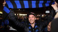 Lukas Podolski v Miláně s šálou Interu.