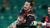 Kanonýr Zlatan Ibrahimovic z AC Milán si dělá prostor v souboji se Scottem Brownem z Celticu Glasgow.
