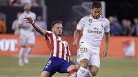 Eden Hazard (50) v souboji o míč s Toni Kroosem (8) během utkání Realu Madrid s Atléticem Madrid