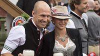 Záložník Bayernu Mnichov Arjen Robben s manželkou Bernadien na tradičním Oktoberfestu.
