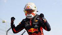 Vítěz výroční Velké ceny Max Verstappen oslavuje svůj triumf v Silverstonu.