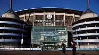 Zápasy fotbalové Premier League se budou hrát kvůli šíření koronaviru bez diváků.