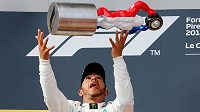 Lewis Hamilton s trofejí pro vítěze Velké ceny Francie.